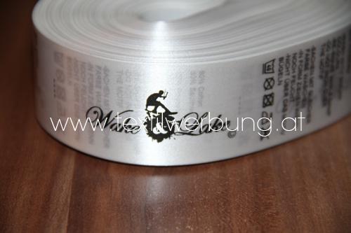 gedrucktes label auf rolle waschhinweis